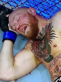 McGregor con dificultad para caminar en muletas luego de ser noqueado por Poirier en la UFC