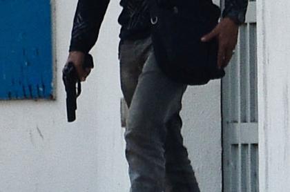 Hombre dispara a su mamá porque no le puso la casa a su nombre. Imagen de referencia de un hombre armado.