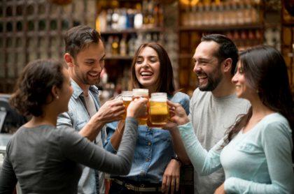 Personas toman cerveza, ilustra nota de Colombia es el país con menos borrachos en el mundo, dice encuesta
