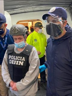 Hernán Giraldo Serna, deportado de EE. UU., tiene delitos pendientes en Colombia por secuestro, homicidio, desapariciones y desplazamientos forzados, violación y masacres.