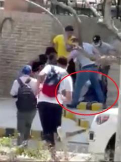 Hombre agarran a patadas al presunto ladrón, mientras otros acuden a apoyar el linchamiento.