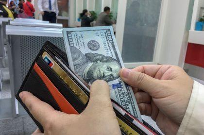 Foto de billetera ilustra nota sobre finanzas personales en le contexto actual.