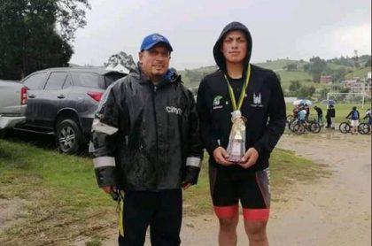 Daniel Pedraza Castillo (der.), joven promesa del ciclismo colombiano, murió luego de ser embestido por un bus intermunicipal mientras entrenaba.