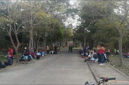 Imagen de varios de los ciudadanos extranjeros que se apostaron en la terminal de Arauca a la espera de un bus para viajar