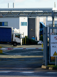 Evacúan sede de AstraZeneca por amenaza de bomba en Reino Unido