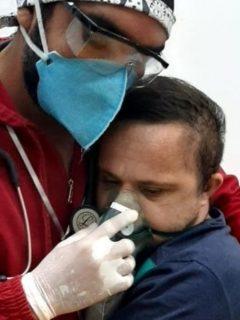 Raimundo Nogueira Matos, enfermero brasileño, abrazó a un paciente COVID-19 con síndrome de Down para calmarlo.
