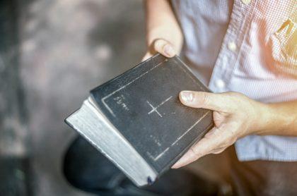 Hombre con Biblia en mano, ilustra nota de líder de secta que cree que Jesús llegará renunció a Uniatlántico