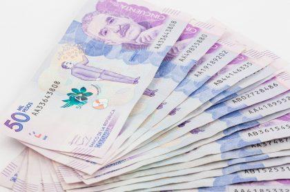 Imagen de dinero colombiano que ilustra el pago de impuestos en Bogotá.