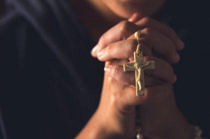 Hombre con crucifijo en mano, ilustra nota de fanático de Jesús que sufrió recaída mientras esperaba llegada del señor