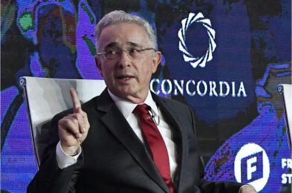 El expresidente Álvaro Uribe Vélez donó parte de su salario como senador de Colombia.