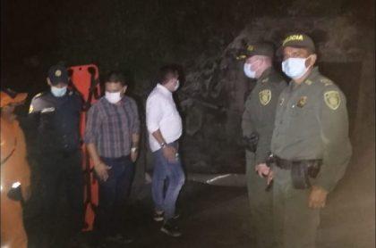 Organismos de rescate atendieron la emergencia y rescataron los cuerpos de las dos personas muertas y del herido, que fue llevado a un hospital en Bucaramanga