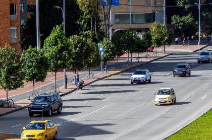 Carros en vía de Bogotá, ilustra nota de Pico y placa Bogotá para febrero: a qué hora empieza y termina, y más.