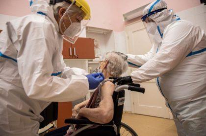 Une mujer recibe la vacuna de Pfizer y BioNTech.