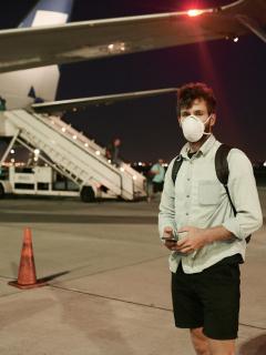 Ilustración de hombre en aeropuerto, a propósito de llegada a Bogotá de vuelo desde Leticia