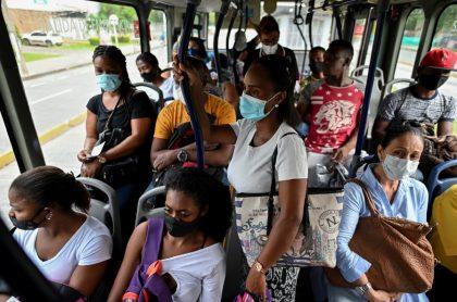 Imágenes de ciudadanos en los servicios de transporte público, durante la pandemia.