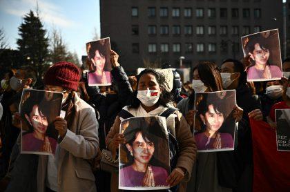Activistas birmanos con el retrato Aung San Suu Kyi protestan frente al edificio de la ONU en Tokio este lunes luego del golpe de Estado en el país asiático.