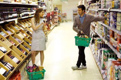 Hombre y mujer hacen mercado, ilustran nota de supermercado crea franja exclusiva para que solteros encuentren el amor