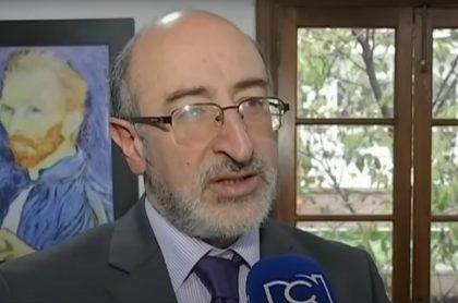 Juan Lozano, en Noticias RCN, informativo que dirige y del que especularon se iba de RCN para El Tiempo o la Alcaldía de Bogotá.