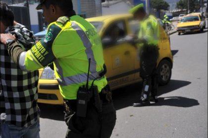 Imagen de ilustración de policías que requisan a taxistas, y que ilustra caso de turistas que perdieron sus maletas en Barranquilla