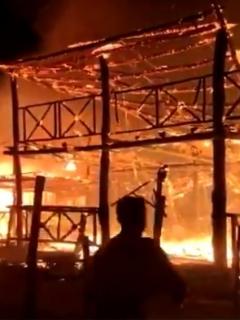 La comunidad sería la que está luchando infructuosamente por controlar las llamas.
