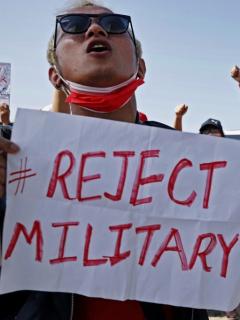 Manifestantes birmanos piden la liberación de la presidenta que sufrió un golpe de estado.