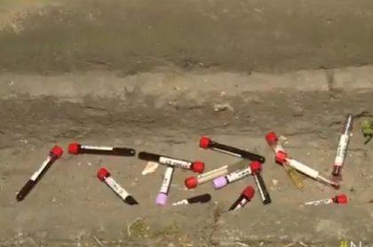 Asombro en barrio de Bogotá: tubos de sangre arrojados frente a casas