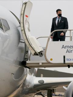 Imagen de avión y trabajador de American Airlines ilustra artículo American Airlines podría despedir hasta 13.000 empleados