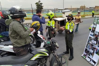 Multas de tránsito a motociclistas en Colombia por cascos.