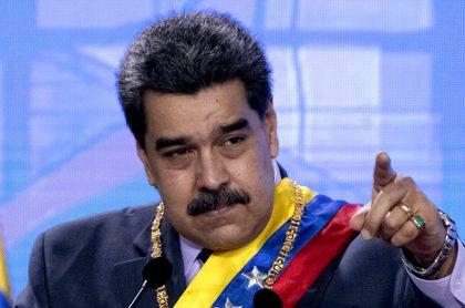 Nicolás Maduro da luz verde a transacciones en dólares.