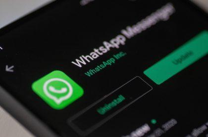 Imagen con el logo de WhatsApp en la pantalla de un smartphone.