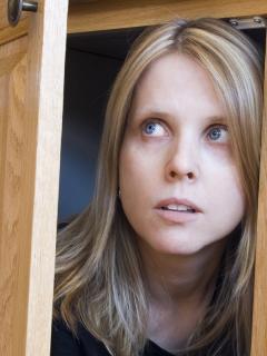 Imagen de referencia de una mujer escondida en un armario, como la condenada Julie Wheeler.