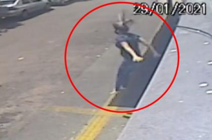 Captura de pantalla de video de mujer que se lanzó de segundo piso para huir de violador