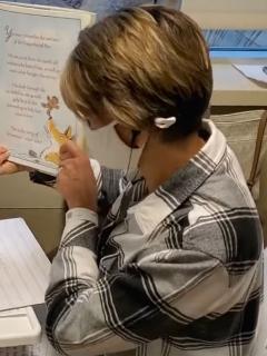 Kelly Klein, profesora de un jardín de niños en Minnesota (Estados Unidos), sigue dando clases virtuales mientras recibe quimioterapia.