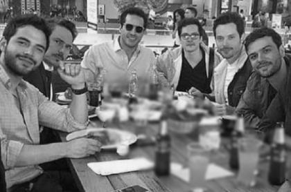Foto de Sebastián Carvajal, Miguel González, Julián Trujillo y otros actores de 'Enfermeras', ilustra nota sobre médico que dicen moriría en la serie por avance de RCN.