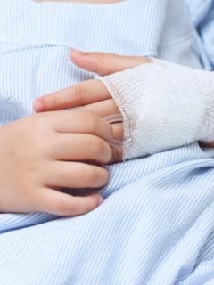 Manos de niño hospitalizado, ilustra nota de familia chilena que está rifando su casa para pagar tratamiento para su hijo