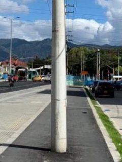 Ciclorruta en la Avenida Mutis, en la localidad de Engativá, tiene un poste de luz en toda la mitad. Varios ciclistas denunciaron los hechos.