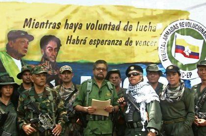'El Paisa', 'Iván Márquez' y 'Jesús Santrich', quienes aparecen en fotos armados y delinquiendo en Venezuela, junto a otros disidentes de las Farc el 29 de agosto de 2019 cuando esos jefes guerrilleros anunciaron su rearme.