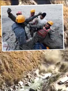 Rescate de uno de los damnificados por la avalancha en India, causada por rotura de glaciar en el Himalaya, la cual deja hasta ahora 14 muertos y 150 desaparecidos.