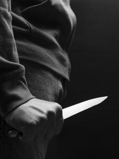 Persona con cuchillo ilustra nota del asesinato de una adolescente de 17 años en Cauca