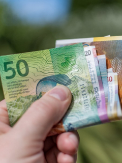Francos suizos, ilustran nota de cárcel para avivato hombre que pagaba a prostitutas con billetes falsos