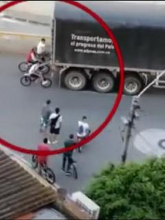Imágenes de los jóvenes en bicicleta que se cuelgan de tractomulas y camiones en vías de Bucaramanga