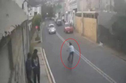 El conductor de un Volkswagen Escarabajo atropelló en México a gran velocidad a un niño de 10 años que iba en bicicleta, y luego se dio a la fuga.