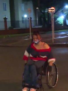 Mujer en silla de ruedasrecorreBogotáde noche para llegar a casa