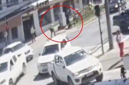 Captura de pantalla de nuevo video revelado del momento en que policía de Chile mató a tiros a malabarista