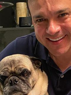 Juan Diego Alvira con su perro, Homero, uno de los que 'interrumpió' emisión de Noticias Caracol.