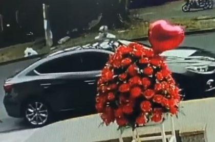 Un ladrón intentó robar lujoso carro en la Avenida Pasoancho de Cali, pero no pudo abrirlo y el dueño lo pilló.