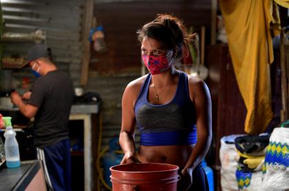 Foto de mujer con balde de agua ilustra nota sobre Cortes de agua en Bogotá hoy: ¿qué barrios se quedarán sin agua?