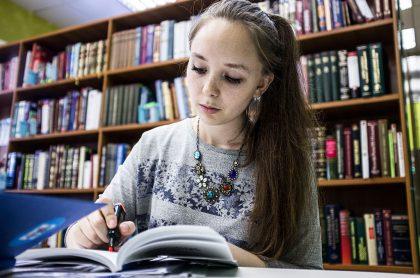 Foto de mujer estudiando ilustra nota sobre Icetex: becas para estudiar pregrado, maestría y doctorado en Rusia