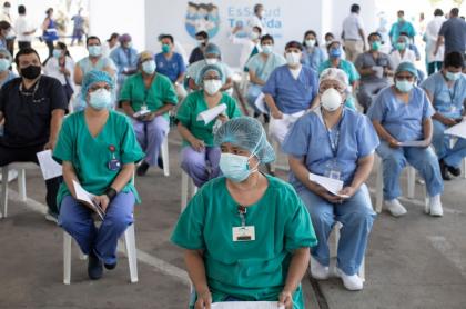 Personal de la salud espera para vacunarse en Lima, Perú.