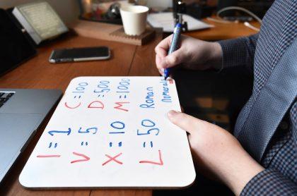 Maestro preparando clases en su casa. Imagen ilustrativa para indicar que las tareas son malas para medir las habilidades de los estudiantes de primaria.